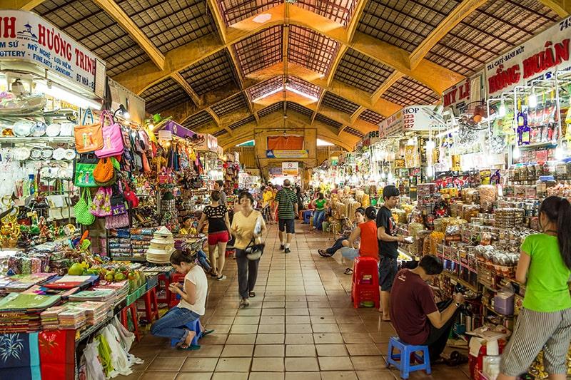 Hàng hóa được bày bán rất nhiều bên trong chợ Bến Thành