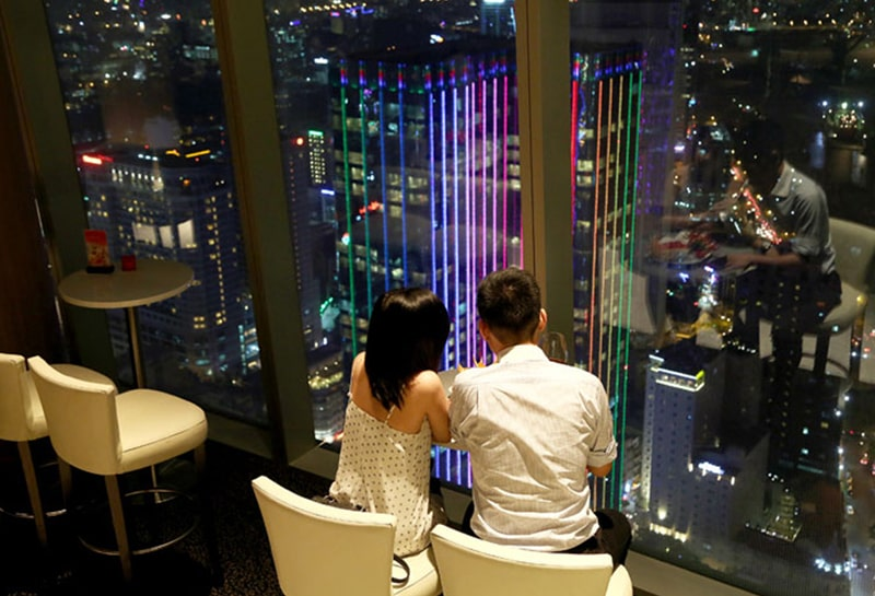 Tầng 49 tòa Bitexco là địa điểm hẹn hò sang chảnh của các cặp đôi