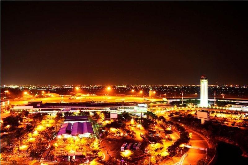 View sân bay Tân Sơn Nhất từ Moonlight Coffee Lounge