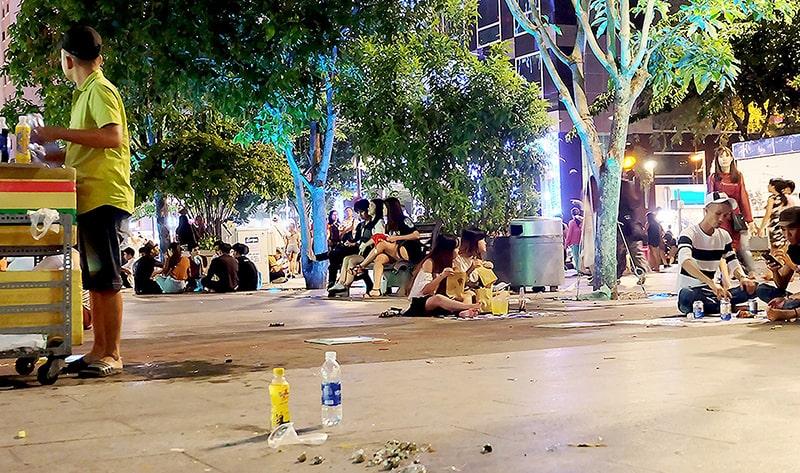 Phố đi bộ Nguyễn Huệ là địa điểm vui chơi nổi tiếng ở Sài Gòn về đêm