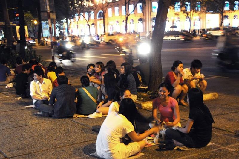 Thưởng thức cà phê bệt Sài Gòn về đêm là trải nghiệm khá thú vị
