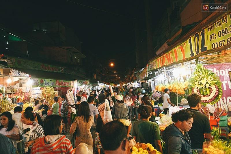 Lang thang chợ hoa Hồ Thị Kỷ về đêm