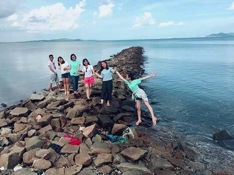 Bãi đá chạy ra biển ở trên đảo Thạnh An