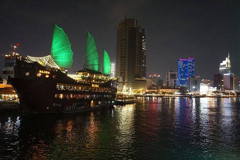 Du thuyền ở Bến Bạch Đằng về đêm
