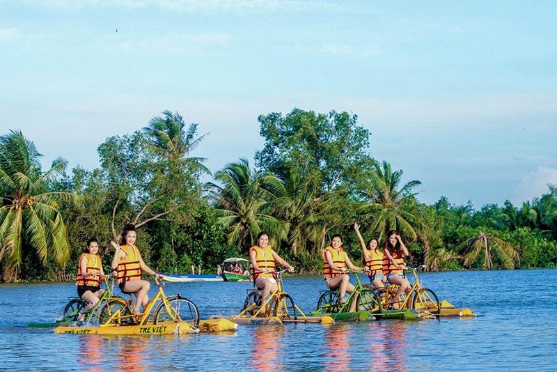 Trò chơi đạp xe trên nước ở làng du lịch Tre Việt