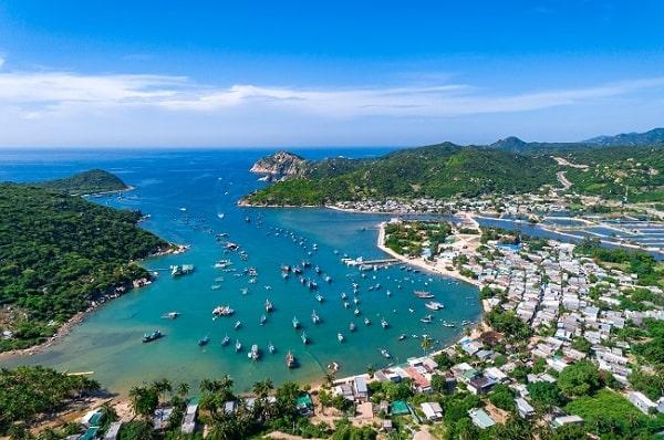 Vịnh Vĩnh Hy là 1 trong những bãi biển đẹp nhất ở Ninh Thuận